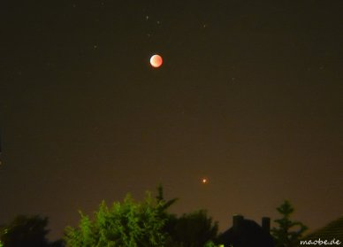 Oben der Mond, rechts darunter der MARS.